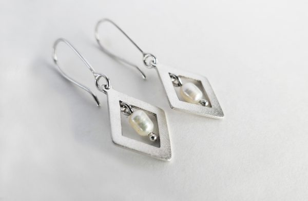 KJ203 Diamond Shimmer Pearl Earrings 1