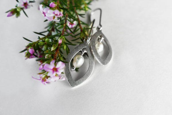 KJ203 Leaf Shimmer Pearl Earrings 2
