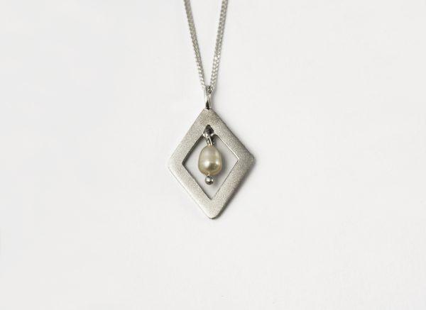 KJ204 Diamond Shimmer Pearl Necklace 1