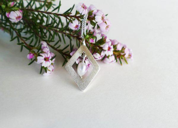 KJ204 Diamond Shimmer Pearl Necklace 2