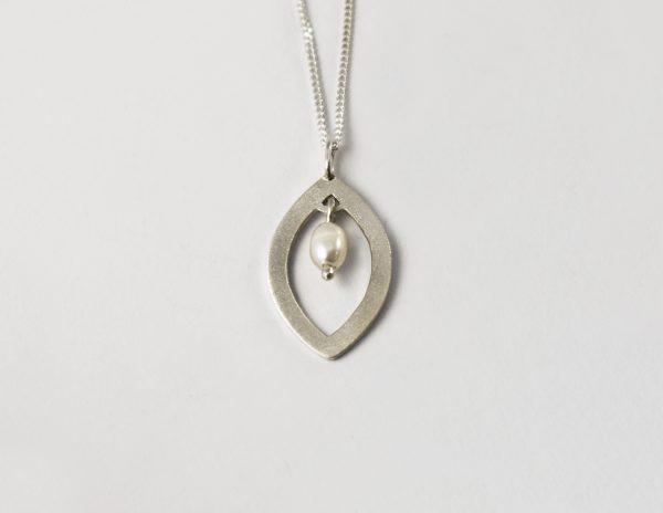 KJ204 Leaf Shimmer Pearl Necklace 1