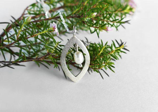 KJ204 Leaf Shimmer Pearl Necklace 2